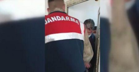 Jandarmadan saklanmak için tuvalete sığındılar