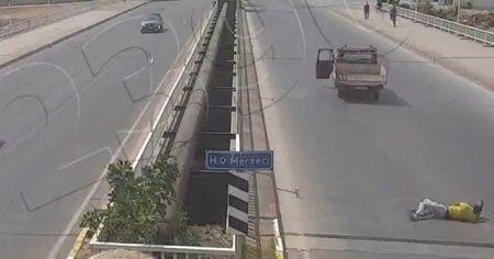 Kendi düştü, kamyoneti devam etti