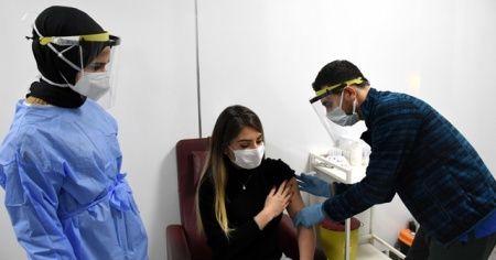 """Kovid-19'u yenen ve CoronaVac aşısı olan doktordan """"Nefessiz kalmak istemiyoruz"""" mesajı"""