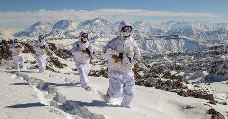 Mehmetçik karlı dağlarda teröristlere nefes aldırmıyor
