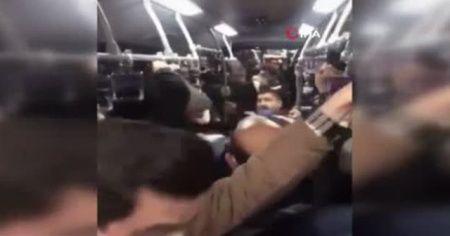Metrobüste tekmeli yumruklu kavga