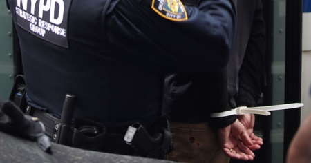 New York'ta aracında silah ve mühimmat bulunan kişi gözaltına alındı
