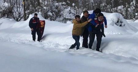Sobadan zehirlenen vatandaşları jandarma sırtında taşıdı