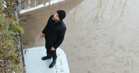 Traktörle geçerken köprü altında su baskını sonucu mahsur kaldı
