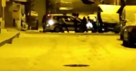 Vatandaş mahallede kalan polis aracını kurtardı