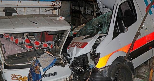 Ambulans park halindeki kamyonlara çarptı: 3 sağlık çalışanı yaralandı