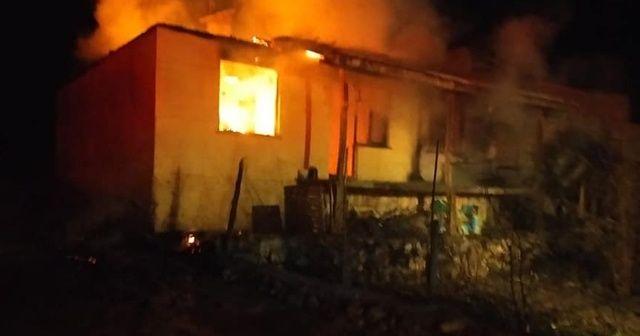 Baca kıvılcımı yangın çıkardı, 3 kişilik aile evsiz kaldı