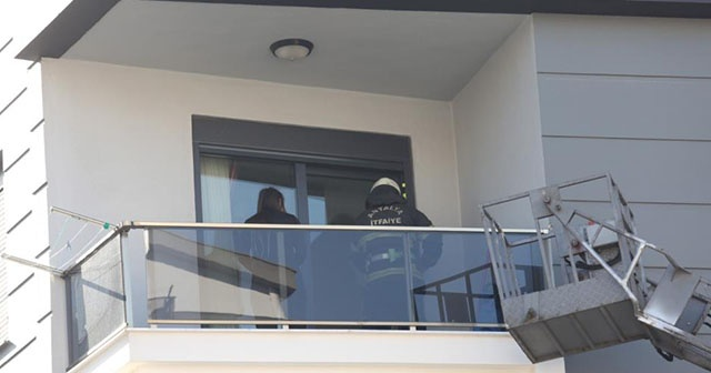 Çocuğu kapıyı kilitleyince balkonda mahsur kalan kadını itfaiye kurtardı