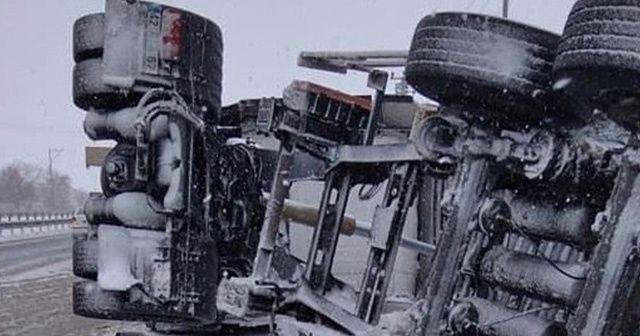 Devrilen tır ve maddi hasarlı kazalar ulaşımda aksamaya neden oldu