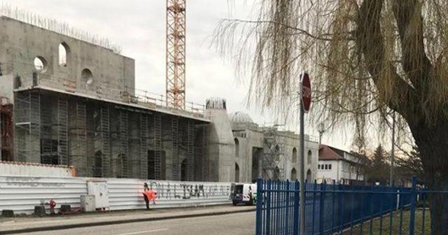 Fransa'da cami inşaatına çirkin saldırı