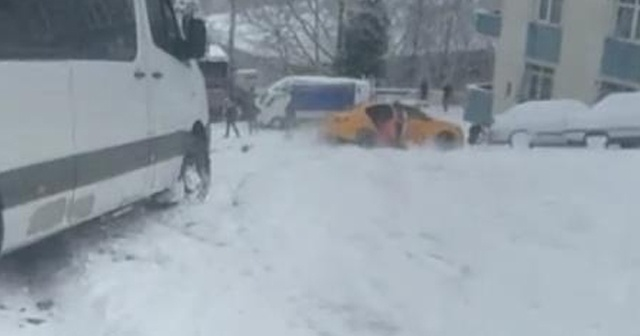 Karda kayan taksiden atlayan yolcu kamerada