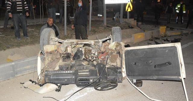 Antalya'daki kazada otomobil ikiye bölündü: 2 yaralı