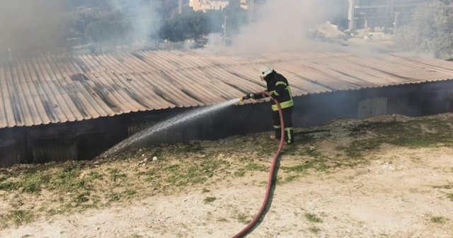 Kuşadası'nda inşaat konteynerleri alev alev yandı