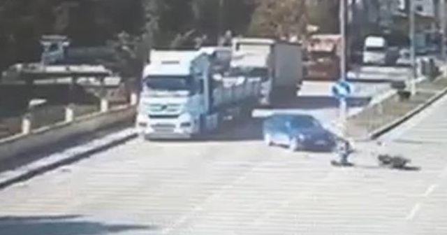 Motosiklet ile otomobilin çarpıştığı kaza kamerada
