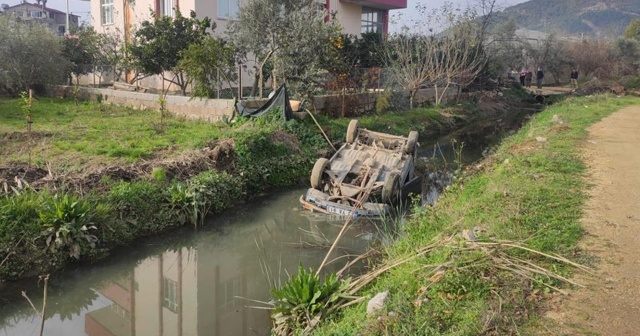 Otomobil su kanalına düştü, baba ile kızı yaralandı