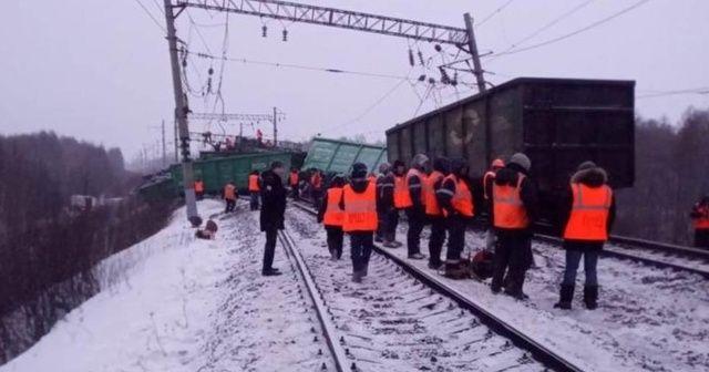 Rusya'da trenin raydan çıktığı kazada 25 vagon birbirine girdi