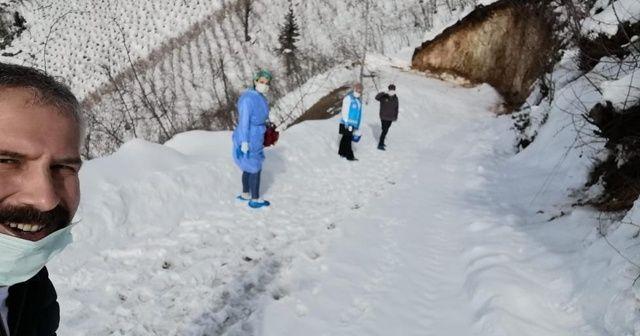 Sağlık çalışanları 2 kilometre yürüyerek, yaşlı şahsa aşı uyguladı