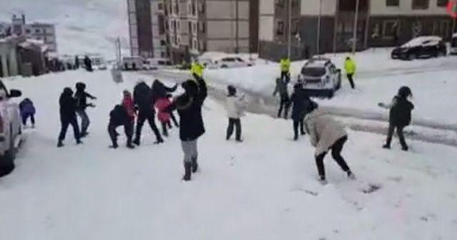Şırnak'ta çocuklar ile polisin kartopu oyunu