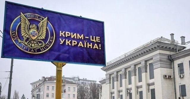 """Ukrayna'da Rusya Büyükelçiliği önüne """"Kırım Ukrayna'dır"""" afişleri asıldı"""