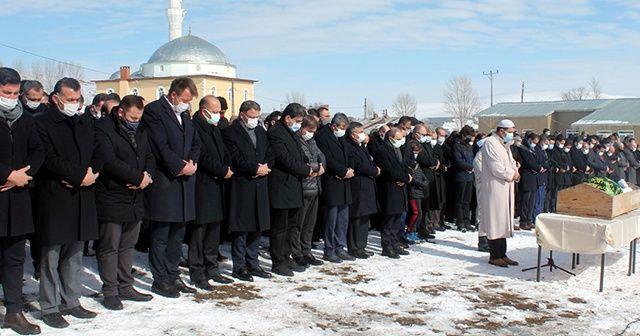 Vali Ayhan vefat eden babasının cenazesini kendi kıldırdı