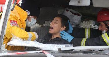 3 otomobil çarpıştı, panelvan araçta sıkışan kadını itfaiye ekipleri kurtardı