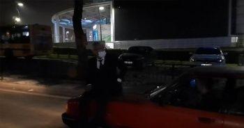 Aracını bağlatmamak için kaputa oturup polislere direndi