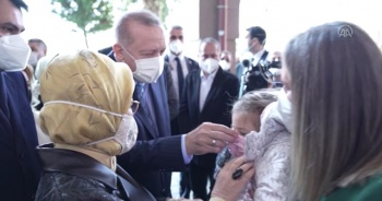 Cumhurbaşkanı Erdoğan ve eşi Ayda bebeği ziyaret etti