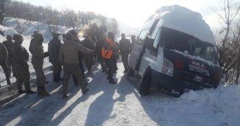 Güvenlik korucularını taşıyan araç, şarampol kenarında durdu