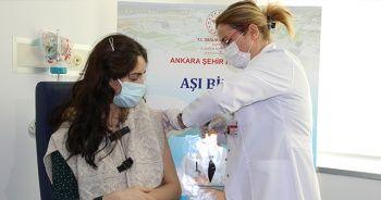 Hamile sağlık çalışanı Covid-19 aşısı oldu