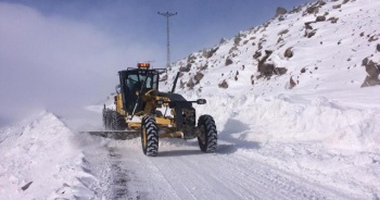 Kar ve tipi köy yollarını ulaşıma kapattı