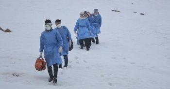 Karlı yolları aşarak aşı yapıyorlar