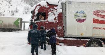 Rusya'da düşen çığın altında kalmaktan son anda kurtuldular