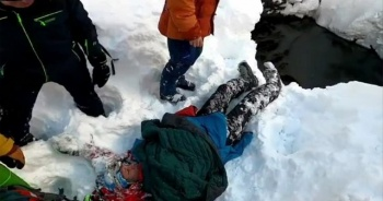 Rusya'da kayak yapan genç 8 metrelik kuyuya düştü