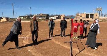 Şalvarlı ve fistanlı badminton maçı
