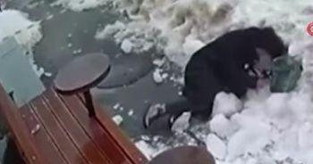 Ukrayna'da yolda yürürken başına buz kütlesi düştü