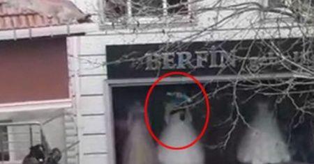 Yangında mahsur kalan çocukları camdan atarak kurtardılar