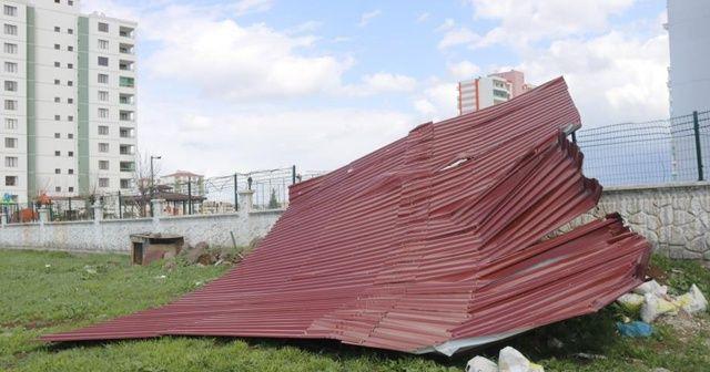 Diyarbakır'da şiddetli rüzgar 1 tonluk çatıyı 200 metre uçurdu