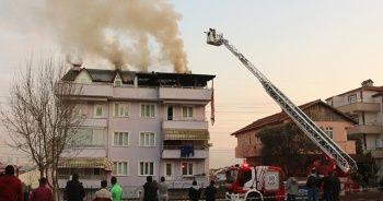 Alevlerin çatısını sardığı binada yaşayanları korna çalarak uyardı