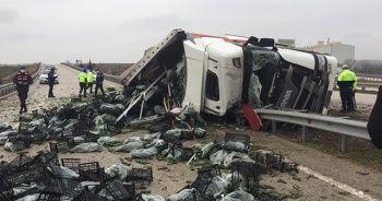 Amasya'da sebze yüklü tır devrildi: 2 ölü