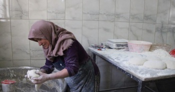 Babasının 40 yıllık işini bıraktı, annesiyle ekmek fırını açtı