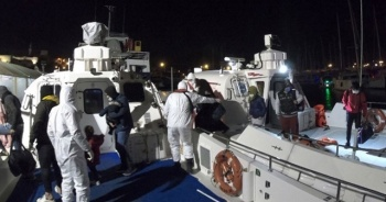 Botta sürüklenen 23 sığınmacı kurtarıldı