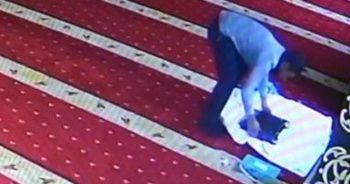 Camiye giren hırsız, ses cihazını kefene sarıp çaldı