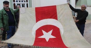 Dedelerinden kalan 300 yıllık bayrağa gözleri gibi bakıyorlar