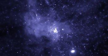 Devasa kara delik uzayda yol alıyor