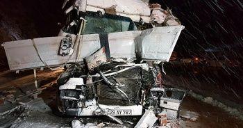 Erzincan'da yolcu otobüsüyle tır çarpıştı
