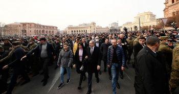 Paşinyan parlamentoya geldi, muhalifler dışarıda toplandı