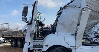 TEM'de 2 tır çarpıştı İstanbul istikameti trafiğe kapandı