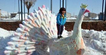 Yüksekova'da kardan 'tavus kuşu' yaptılar