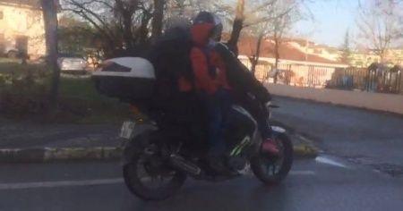 4 kişilik ailenin motosikletle tehlikeli yolcuğu şaşırttı