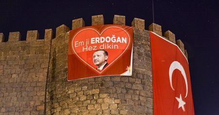 """Diyarbakır Kalesi'ne Kürtçe """"Biz Erdoğan'ı seviyoruz"""" pankartı asıldı"""